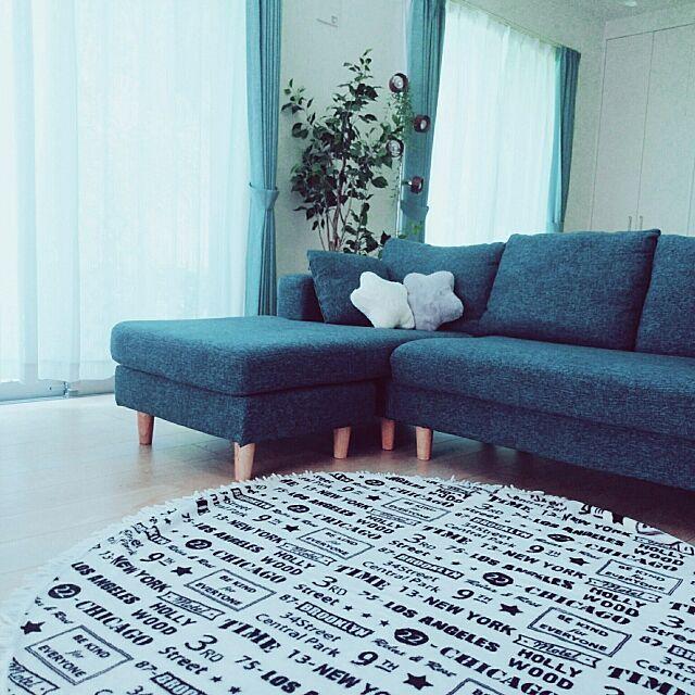 Lounge,新築一戸建て,吹き抜けのある家,星のクッション,フェイクグリーン,吹き抜け,しまむら,ソファ,青いソファ,しまむらのラウンド毛布,ラウンド毛布,ダイソー,シンプル marimamaの部屋
