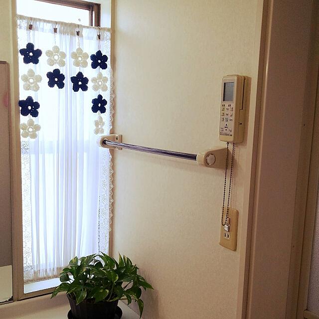 Bathroom,アクリルたわし,お花のモチーフ,カーテンフック,ハンドメイド,編み物練習中,いつも見てくれてありがとうございます♡,RC の出会いに感謝!,ゼムクリップ,自己流ですが^^;,白とネイビー使用,ハマナカ,ポトス,グリーンのある暮らし Renの部屋