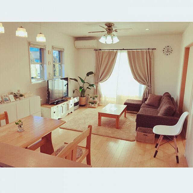 Lounge,照明,シーリングファンライト,ペンダントライト,シンプル,ホワイト&ナチュラル,ナチュラルインテリア,緑のある暮らし,イームズリプロダクト,イームズチェア,ニトリのソファー,観葉植物,白×木が好き,ミニマリスト,16畳LDK,狭いリビングダイニング Tiffany.623の部屋