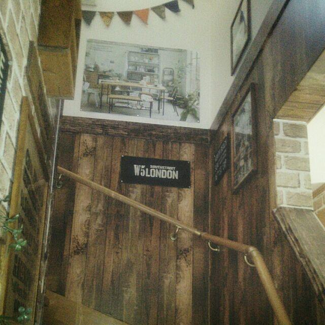 On Walls,100均,DIY,インスタ→kaochan516,ウッドボード,雑貨,フェイクグリーン,セリア,インテリア,模様替え,れんがリメイクシート,たなDIY,ダイソー,板壁風リメイクシート,階段の壁,壁リメイク,ニコアンドのポスター,手作り,セメント袋,男前 kaochan516の部屋