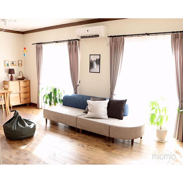 Lounge,掃除しやすい家,クッションカバー,観葉植物のある暮らし,人と暮らしになじむクッション,くらしと,くらしと オリジナルソファ,アイアンカーテンレール,LIXILの窓,LIXIL,無垢の床,ポスター,こどもと暮らす。,IKEA,シンプルナチュラル miomioの部屋
