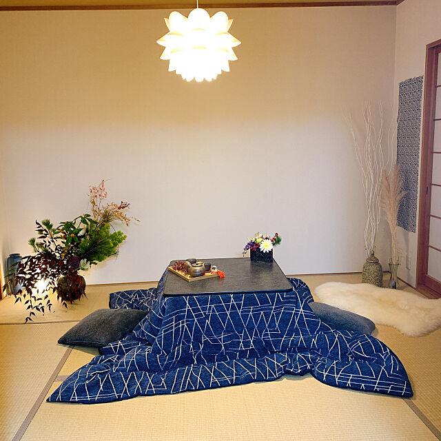 モダンインテリア,ムートンラグ,IKEAの照明,お正月アレンジメント,アーティフィシャルフラワー,お正月ディスプレイ,和室のインテリア,こたつ,お花のある暮らし,和室,お正月,癒しの空間,コメントお気遣いなく♡,お気に入り,お花大好き♡,Overview Tenの部屋
