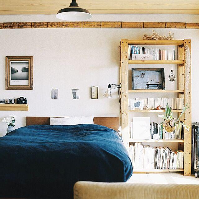 Bedroom,シェルフ,フィルムカメラ,賃貸,本棚,植物,trackfurniture,無印良品,rolleiflex,観葉植物,毛布,ベッド EVOBの部屋