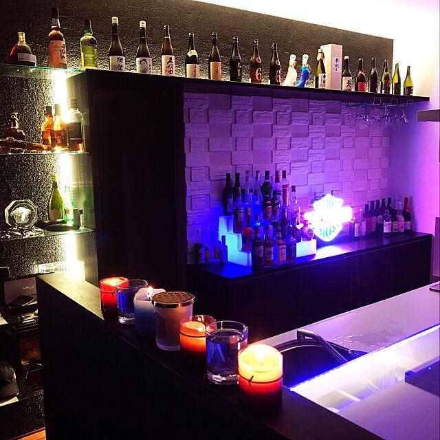 Lounge,バー風インテリア,バー風,お洒落なカフェ,お洒落,スタイリッシュモダンインテリア,スタイリッシュモダン,スタイリッシュ,キャンドル,アロマキャンドル,モダン・サーフスタイル・インテリア,モダンスタイル,モダンインテリア,モダン インテリア,モダン,お酒,間接照明のある暮らし,ウイスキーがお好き〜でしょ〜♩,23歳,ホームバー,バーカウンター,バーカウンターのある家,日本酒BAR風,ホームバーのある部屋,お酒コーナー,男前,ウイスキー,2019年,ホームバーコーナー,照明,日本酒,男前インテリア,日本酒クラブ,モレシャンズ倶楽部,間接照明,ガラス棚,飾り棚,アパレルショップ風,カウンターテーブル,ガラスカウンターテーブル,BARカウンター,映画のインテリアに憧れる,男の隠れ家,男の趣味部屋,趣味スペース,趣味部屋,ネオン管 yasuの部屋