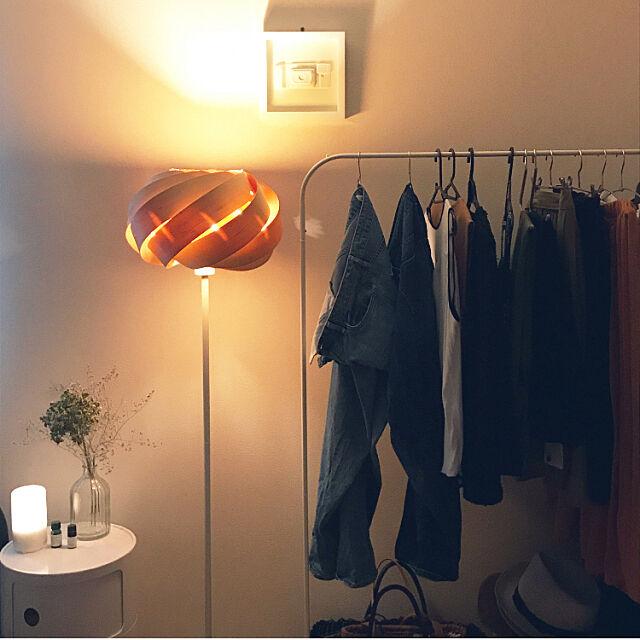 Bedroom,無印アロマディフューザー,アジサイドライ,IKEAハンガーラック,フロアランプ,いつもいいねありがとうございます♡,夜の風景,コンポリビニ リプロダクト,アンブラ tomoの部屋