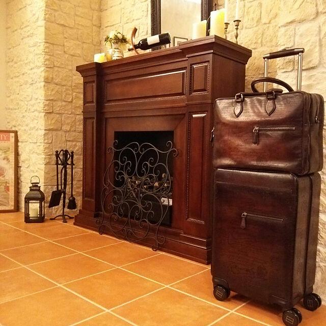 タイル,暖炉,マントルピース,スーツケース,夜の風景,飾り棚,石張り,タイル張り,間接照明,Berluti,Lounge kumakichiの部屋