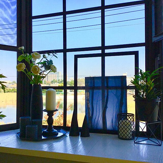 On Walls,出窓,いぬと暮らす,ペットと暮らす,シンプルインテリア,花のある暮らし,グリーンのある暮らし,グレー好き,ZARA HOME,キャンドル,キャンドルホルダー,窓枠DIY,Zakkia kuruの部屋