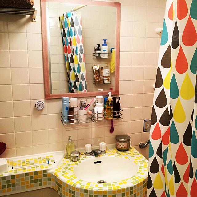 Bathroom,賃貸,ひとり暮らし,一人暮らし,部屋作り中,プチプラインテリア,ユニットバス,DIY,マスキングテープ,シャワーカーテン,タイルシール,6畳,ワンルーム,狭いスペースを生かしたい,カラフル r2.d2の部屋