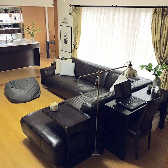 カーテン,ワークスペース,ソファ,リビング,H&M HOME,ポスターのある部屋,植物のある暮らし,クッションカバー,IKEA,無印良品,シンプル,Lounge Hana.の部屋