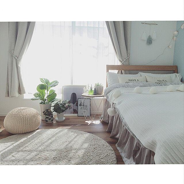 Bedroom,タッセル,ベッドスカート,ポンポンブランケット,studio clip クッション,サリュ! サイドテーブル,無印良品 カーテン,IKEA ラグ,morasan ちゃんの作品♡,観葉植物のある部屋,プフ,いつもいいねやコメありがとうございます♡ sippoの部屋