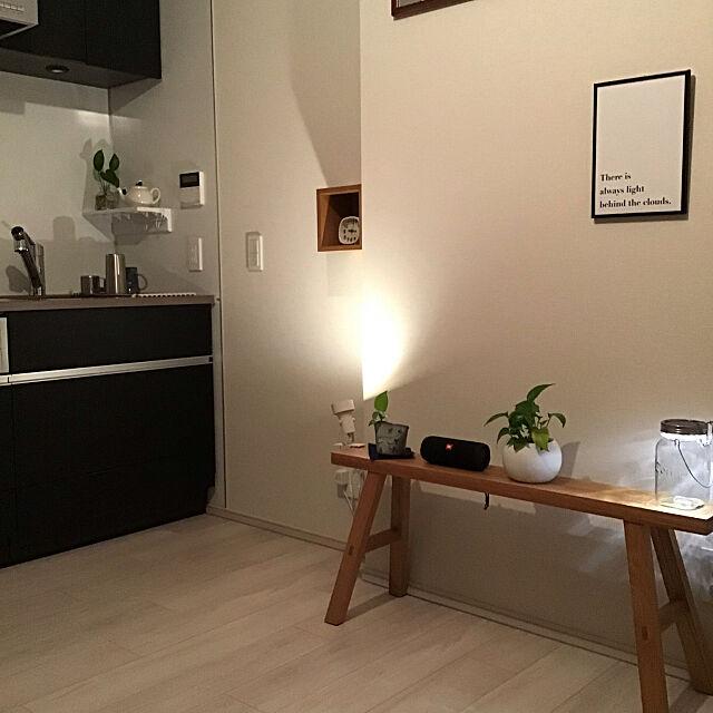Overview,ソネングラス,シンプリスト,観葉植物,掃除しやすく,ミニマル,間接照明,Bluetoothスピーカー,壁に付けられる家具,無垢材ベンチ,無印良品,ワンルーム,一人暮らし,シンプル,キッチン 181081の部屋