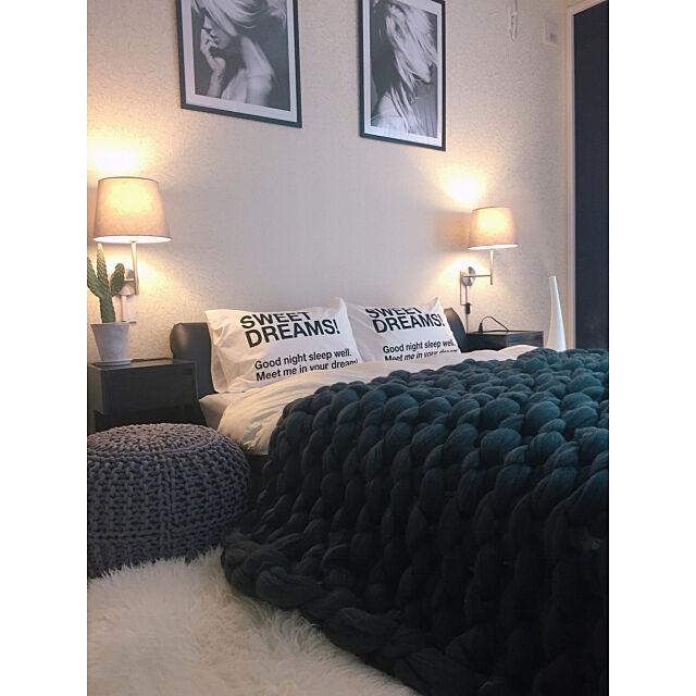 Bedroom,ベッドルーム,シンプルモダン,海外インテリアに憧れる,モノトーン好き,いいね&フォロー&コメント嬉しいです♡,ホテルライク,北欧も好き♡,ポスター,IKEA 照明,プフ,加湿器 アロマ,グレーインテリア,チャンキーニット,バンザイサボテン,モノクロポスター,超極太チャンキーニット,6畳の寝室 rinrinの部屋