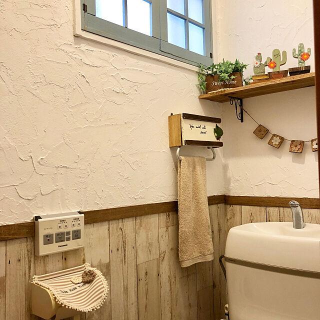 Bathroom,ガーランド手作り,セリア,板壁柄リメイクシート,タオルハンガーカバー,フォロワーさんに感謝♡,いつもいいね!ありがとうございます♪,皆さんのお陰で励みになってます♡,セルフリノベーション,漆喰壁DIY,窓枠DIY yokochinの部屋