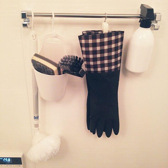 Bathroom,100均,mon・o・tone,mon・o・tone,掃除道具,吊るすの大好き,モノトーン,Can☆Do,キャンドゥ,S字フック,スプレーボトル,ゴム手袋 brown-whiteの部屋