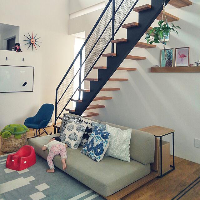 Lounge,階段下,スケルトン階段,ポトス,リビング階段,こどもと暮らす,無印良品,セリア,ダイソー,100均,室内グリーン,ローソファ,吹き抜けリビング,シンプル hamico.の部屋