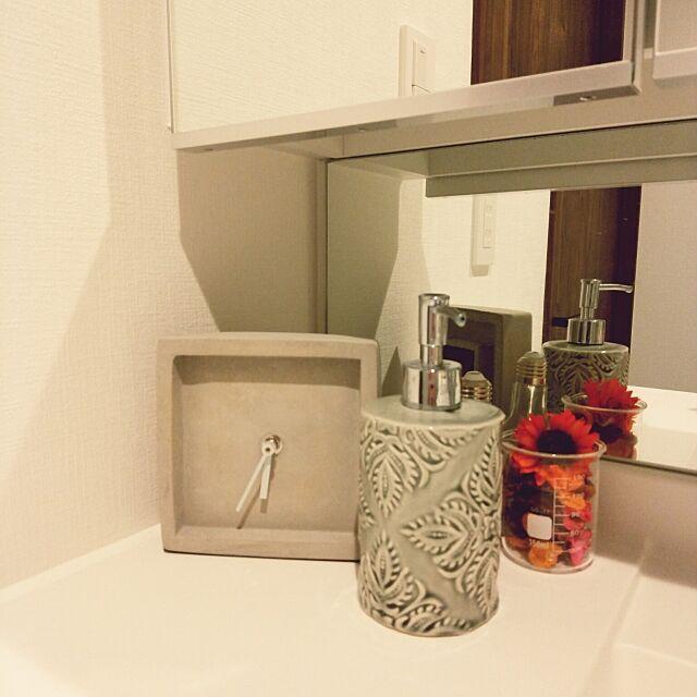 Bathroom,詰め替え,ハンドソープ,ZARA HOME,置き時計,ポプリ,ビーカー,コンクリートの時計,ダイソー,香り,ディスペンサー,IKEA,洗面所,セメント usamaruの部屋