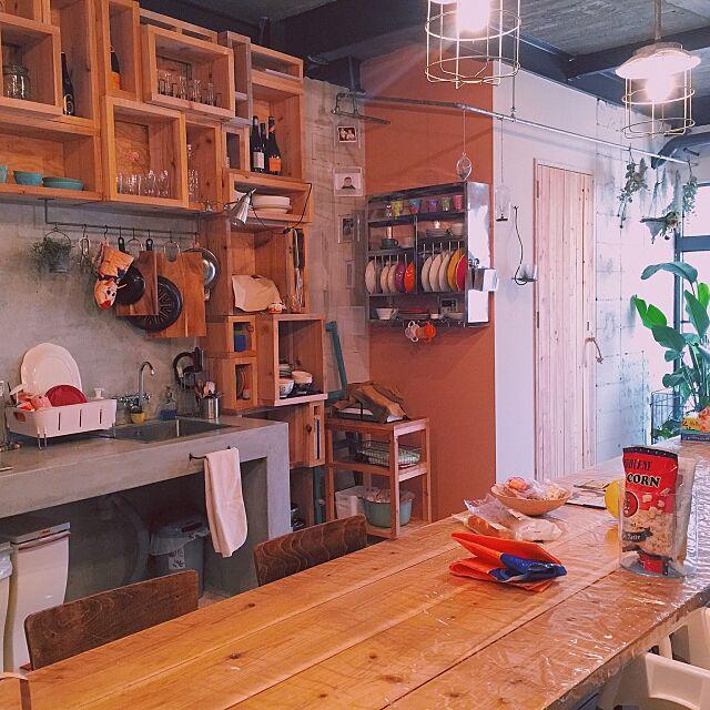 Kitchen,食器収納,台所,生活感丸出し,ごちゃごちゃ,リノベーション物件,Tse&Tse associees,テーブル,ダイニング兼リビング兼キッチン,コンクリート,生活感,キッチン収納 warauの部屋