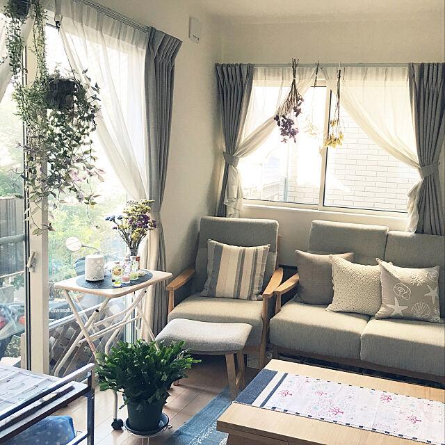 Lounge,ニトリのソファー,二世帯対応住宅,花のある暮らし,RCの出会いに感謝♡,3階建て,スッキリ暮らしたい,ドライフラワーのある暮らし,いいね!&フォローとっても嬉しいです♡,観葉植物のある暮らし,ハーバリウム,お金をかけなくても楽しめる暮らし♡,夏仕様,ニトリのクッションカバー,セリアの手拭い,スターチスのドライフラワー hozの部屋