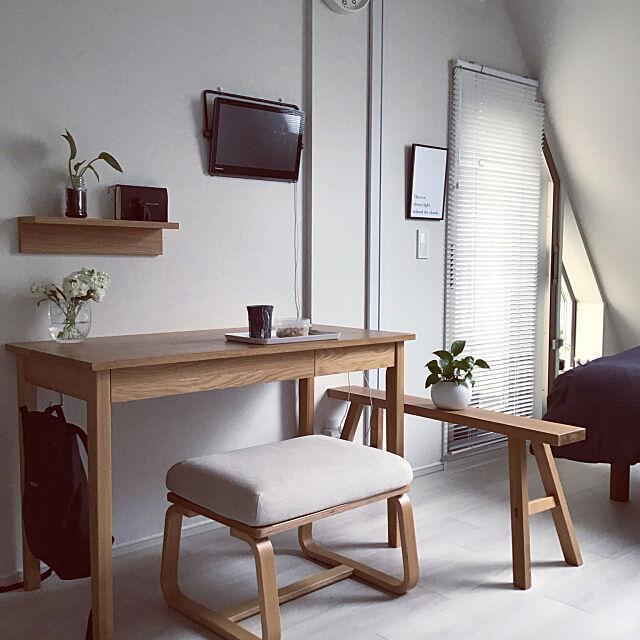 朝ごはん,観葉植物,ワンルーム,シンプリスト,無垢材ベンチ,掃除しやすく,一人暮らし,無印良品,無垢材デスク,シンプル,プライベートビエラ,スッキリ暮らす,壁に付けられる家具,モノは少なく,朝,壁掛けテレビ,リビングでもダイニングでも使えるシリーズ,ブラインド,My Desk 181081の部屋