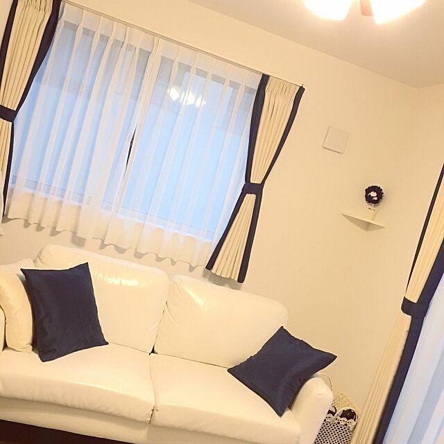 Lounge,ネイビー×ホワイト,ネイビー,ダークブラウンの床,白いソファー,プリザーブドフラワー,ニトリのクッションカバー,ニトリのカーテン,ミニマリストに憧れて,シンプルモダン,2階リビング itmnの部屋