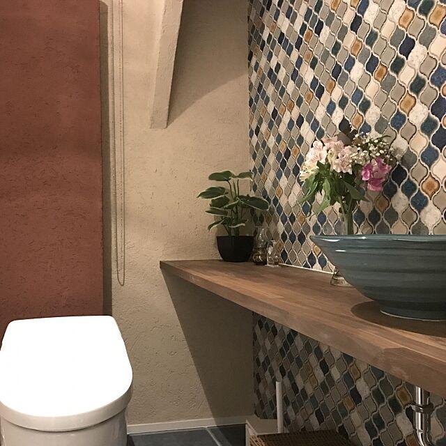 Bathroom,陶器の手洗い器,自然素材の家,メイン照明のみ点灯してます,二色使い分け,塗り壁,モザイクタイル,TOTOトイレ,タイル張りの床,一階トイレ tatokamiの部屋