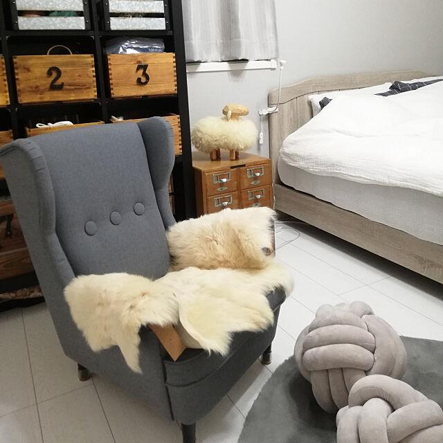 Bedroom,ごちゃ混ぜインテリアの会,彩りを加える,ひと手間を大事に,ノットクッション,1人がけソファー,ひつじさん,スカンジナビアヘムスロイド,図書カードケース,アンティーク,ホワイト&グレー&wood,椅子のムートンは、最近使ってないスヌード fumitanの部屋