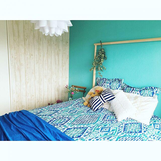 Bedroom,ダブルベッド,イケア,壁紙,賃貸,ZARAHOME,賃貸DIY,IKEA,水色,ブルー,海,ベッド,ザラホーム,壁紙屋本舗,ハワイアン,シャビーシック,照明 amiroomの部屋