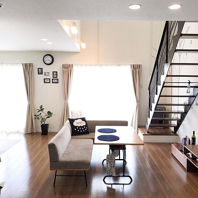 Lounge,掃き出し窓,カーテン,フォトフレーム,壁掛け時計,Francfranc,グリーン,鉄骨階段,南海プライウッド,吹き抜け,unico,unico ダイニングテーブル,リビング階段,ウォールステッカー forの部屋