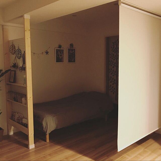 Bedroom,脚付きマットレス,無印良品 ベッド,リビングで寝てます,元和室,遮光ロールスクリーン,ニトリのロールスクリーン,ディアウォール,有孔ボードのパーテーション,素人DIY,有孔ボード,2×4材,パーテーションDIY,hemukoの間仕切り計画,ブックシェルフ,2017.7.6,ジガゾーパズル,生活時間が異なる家族,眩しさを防ぐ,快眠 hemukoの部屋