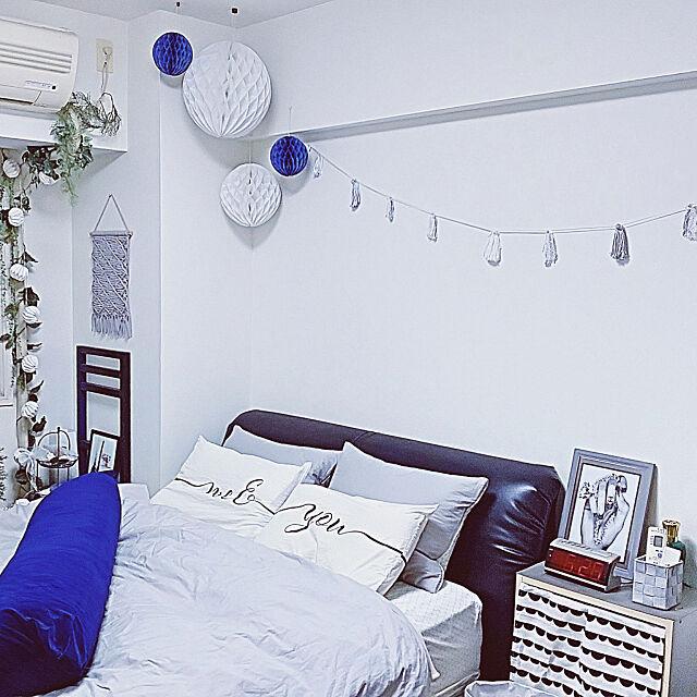 Bedroom,モノトーン,NITORI,マクラメタペストリー,アクセントにブルー,フェイクグリーン,エアコンホース隠し,DAISO&セリア&雑貨,いいね!押し逃げばかりでごめんなさい。,いいね&フォローありがとうございます☆,いつもありがとうございます(^^)♥️ makiの部屋