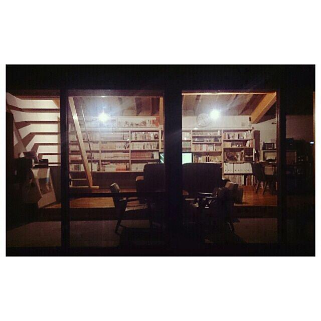 Lounge,夜,照明,壁一面の本棚,中庭 TeaLyricの部屋