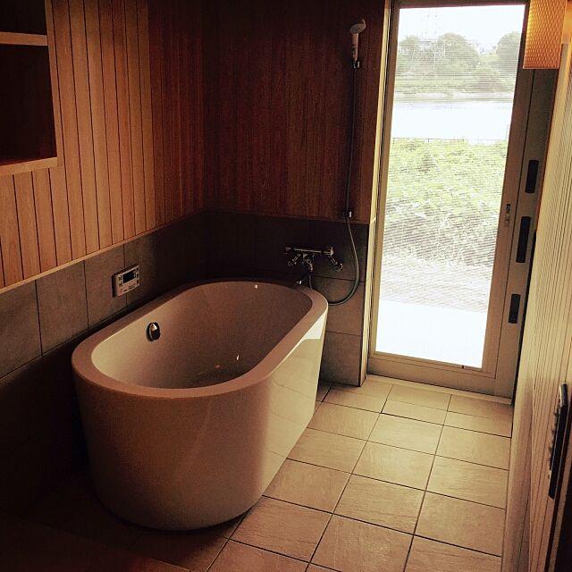 Bathroom,テラスにつながるバスルーム,ひのき,サンワカンパニー,バスタブ,置き型バスタブ,タイル,造作浴室,平屋 610taroの部屋