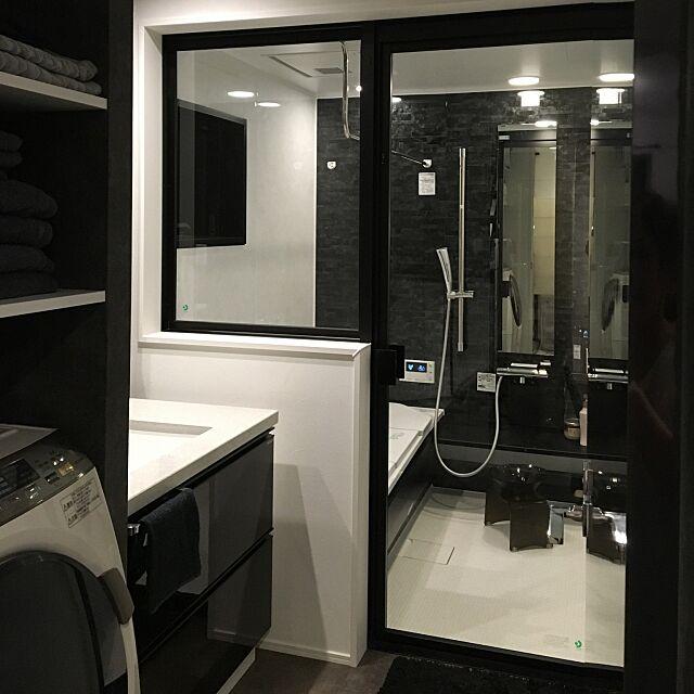 Bathroom,TOTOサザナ,ホテルライク,モノトーン,タイルの床,タカラスタンダード higakingの部屋